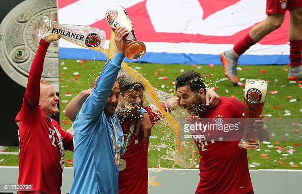 Bierschütten mit Xabi Alonso , RAFINHA Fussball Bundesliga : FC Bayern München - FSV Mainz