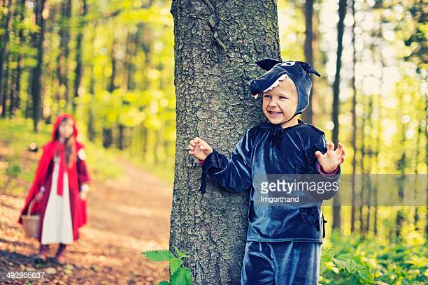 big bad wolf attend le petit chaperon rouge - le petit chaperon rouge photos et images de collection