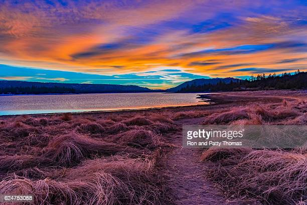 big bear lake romantic sunset with reflections and cloudscape, c - riverbank - fotografias e filmes do acervo