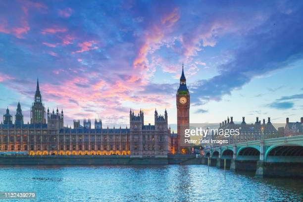 big ben and the house of parliament in london at dusk - london england stock-fotos und bilder