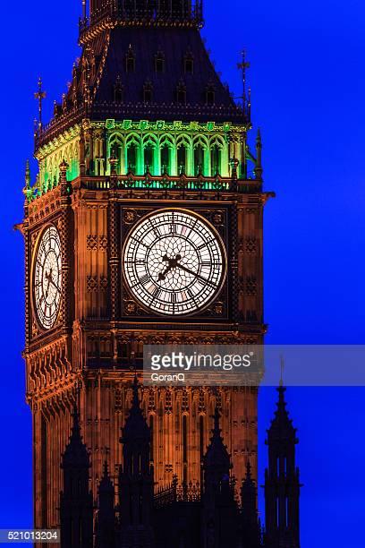 grandes ben por la noche acercamiento, westminster, el londres, reino unido - aguja chapitel fotografías e imágenes de stock