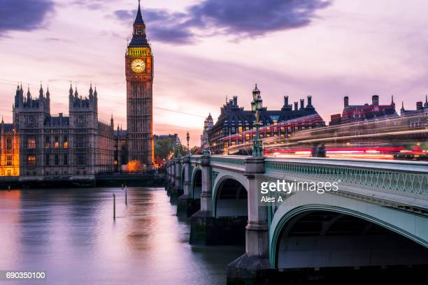 Big Ben at night met auto licht paden