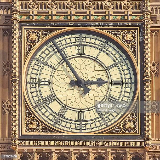 big ben tower clock face close up - klokkentoren met wijzerplaat stockfoto's en -beelden