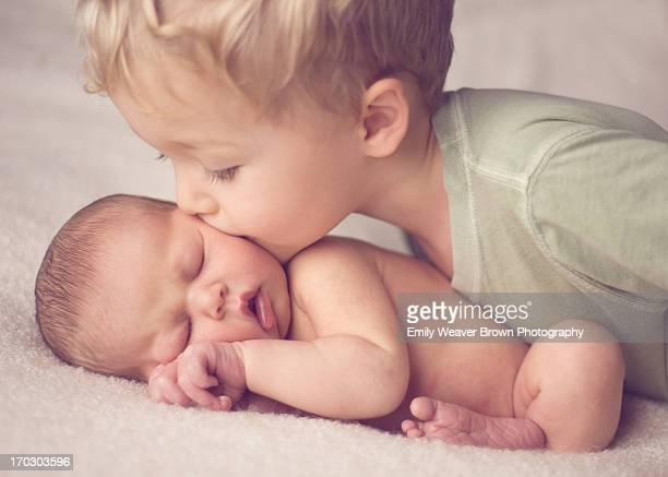 big brother kissing newborn baby sister - chico desnudo cuerpo entero fotografías e imágenes de stock