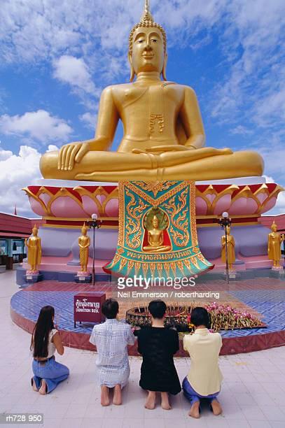 big buddha, ko samui, thailand - mulher orando de joelhos imagens e fotografias de stock