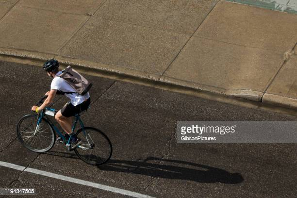big city bicycle messenger - lock sporting position stock pictures, royalty-free photos & images