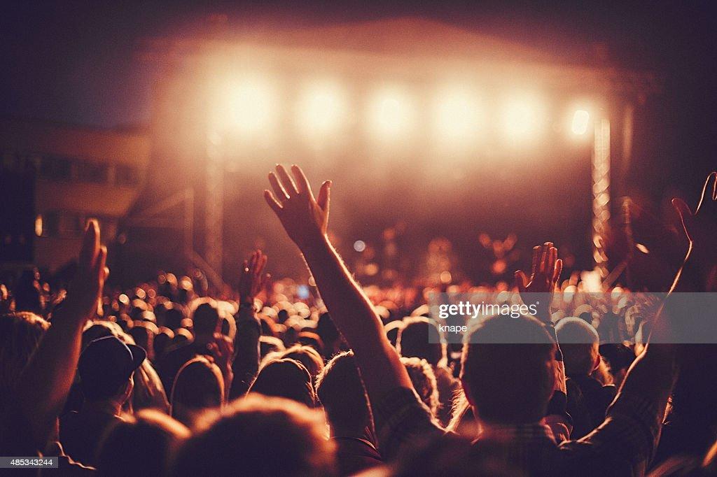 Big concert public en écoutant de la musique au festival : Photo