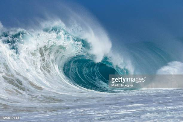 big dramatic wave. - power in nature stock pictures, royalty-free photos & images