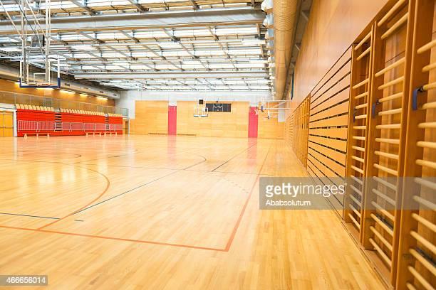 大きな空のスポーツホール、バスケットボールコート、金属製の屋根、ヨーロッパ