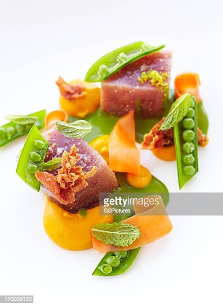 gran ojo de atún con raíces guisante y crocantes prosciutto - atún pescado fotografías e imágenes de stock
