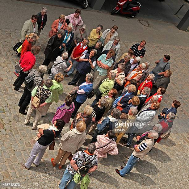 Große Gruppe von alte Frauen auf Sehenswürdigkeiten in Berlin