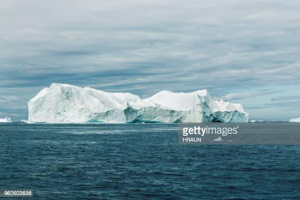 gran iceberg flota en diskobay en groenlandia - banquisa flotante fotografías e imágenes de stock