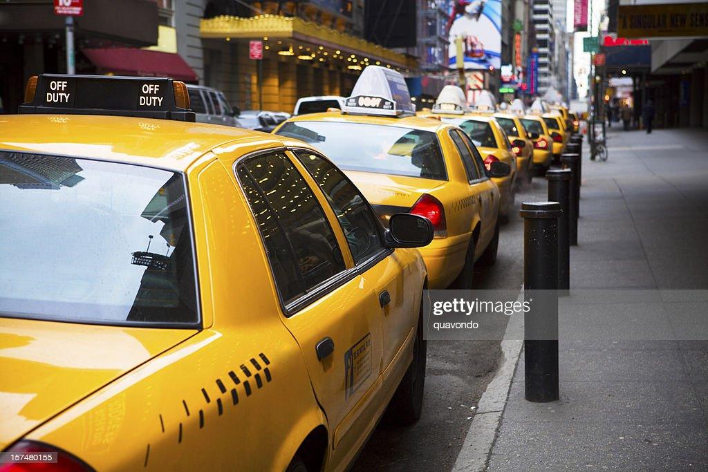 Grande linha de amarelo táxis na cidade de Nova York : Foto de stock