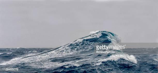 großer ozean schwillt an - meerlandschaft stock-fotos und bilder