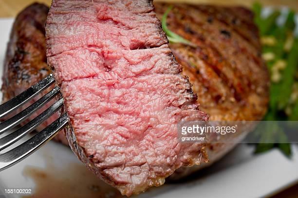 ビッグのリブアイステーキビーフのステーキを一口カットアウト