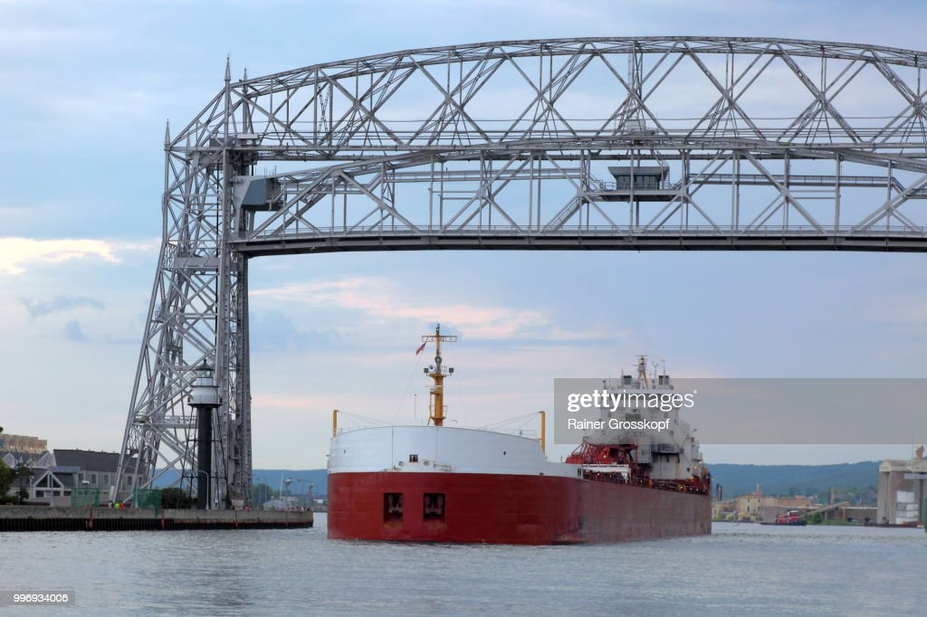 Big ship passing the aerial lift bridge in Duluth : Stock-Foto