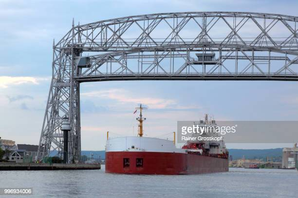 big ship passing the aerial lift bridge in duluth - rainer grosskopf fotografías e imágenes de stock