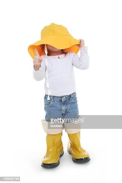 Big Schuh für Kinder: Kleines Mädchen im Regen tragen