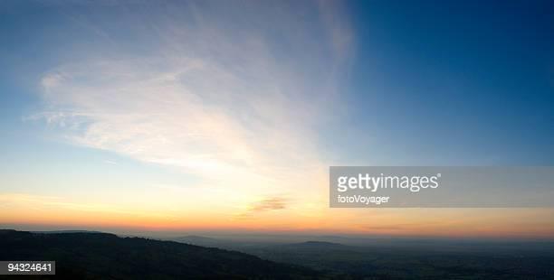 大きな空を背景にオレンジ色の水平線