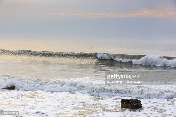 big swell hitting the isle of wight - s0ulsurfing stock pictures, royalty-free photos & images