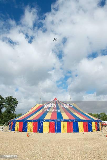 grande top tendone di circo con aeroplano nel cielo - tendone di circo foto e immagini stock