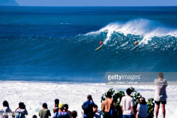 big wave surfing at waimea bay - waimea bay stock pictures, royalty-free photos & images