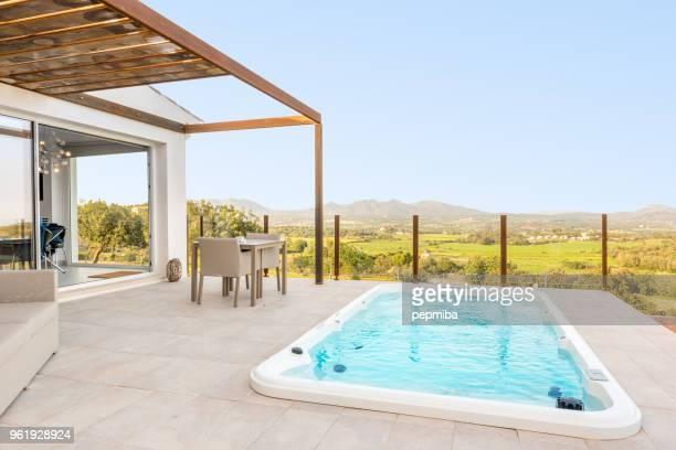 gran bañera de hidromasaje en suite de hotel de lujo - islas baleares fotografías e imágenes de stock