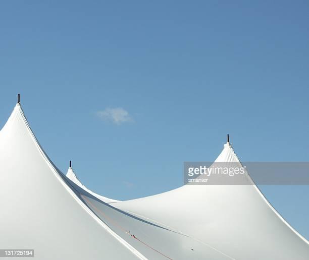 grande tenda bianca picchi - tendone di circo foto e immagini stock
