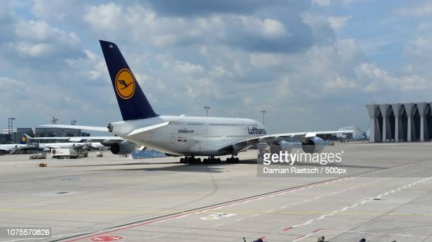 biggest aviation plane - lufthansa stock-fotos und bilder