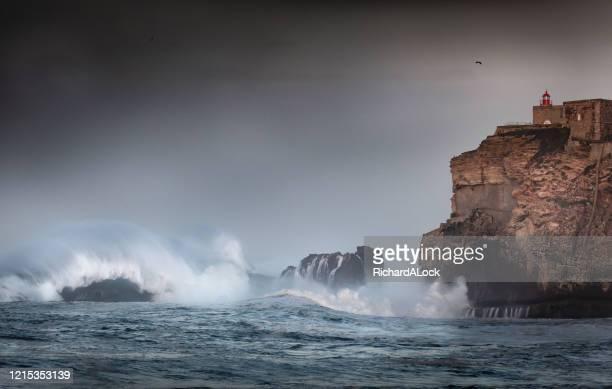 la ola más grande del mundo, nazare, portugal - vista marina fotografías e imágenes de stock