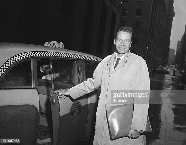 Bigmoney quiz winner Charles Van Doren enters a taxi here Oct 23 after conferring with New York County District Attorney Frank S Hogan for 75 minutes...