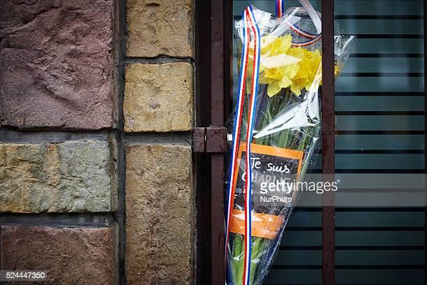 HAAG 08JAN2015 Bij de Franse ambassade in Den Haag hebben mensen bloemen achtergelaten voor de woensdag omgekomen redactieleden van Charlie Hebdo...