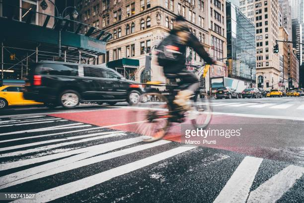 bike and traffic in new york city - lower manhattan stock pictures, royalty-free photos & images