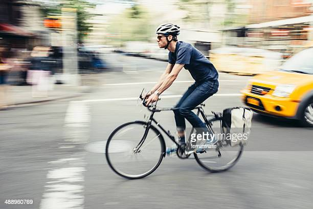 bike commuter in new york - bicycle messenger stock pictures, royalty-free photos & images