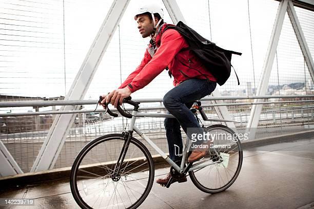 bike commuter in the city. - ciclismo - fotografias e filmes do acervo