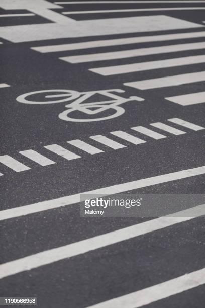 bike lane in copenhagen, denmark. - plaatselijk monument stockfoto's en -beelden