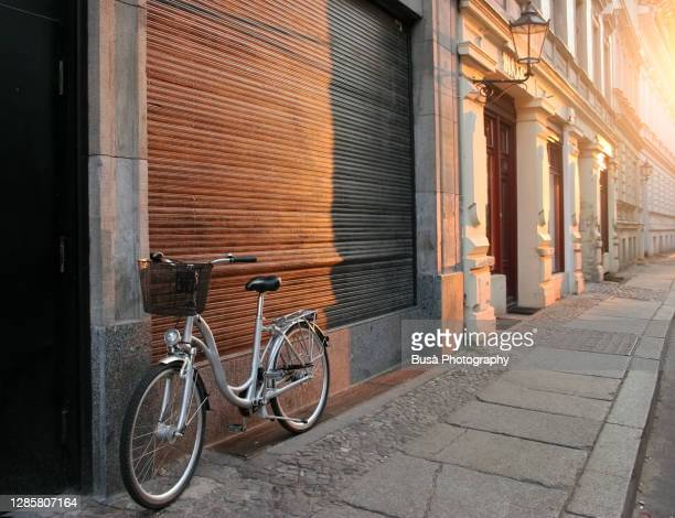 bike leaning on street wall with historic buildings in the district of mitte, berlin, germany - distrito histórico fotografías e imágenes de stock