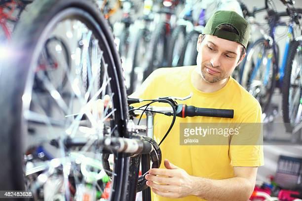 自転車で整備します。 - クランクセット ストックフォトと画像