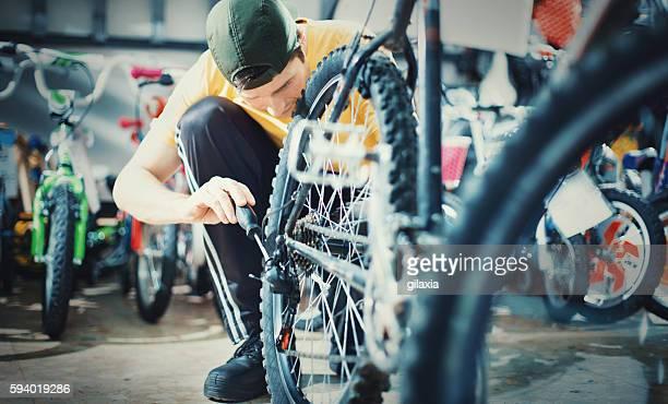 fahrrad mechaniker bei der arbeit.   - aluhut stock-fotos und bilder
