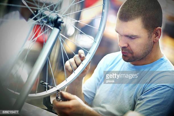 メカニック、輪バイクを修復します。 - クランクセット ストックフォトと画像