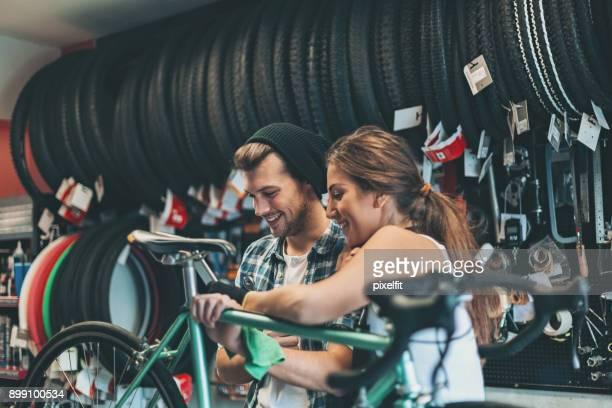 cykel mekaniker tittar på digital tablett - partire bildbanksfoton och bilder