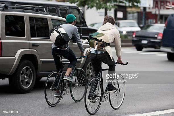 bicicleta messengers na cidade de nova york - um do lado do outro - fotografias e filmes do acervo