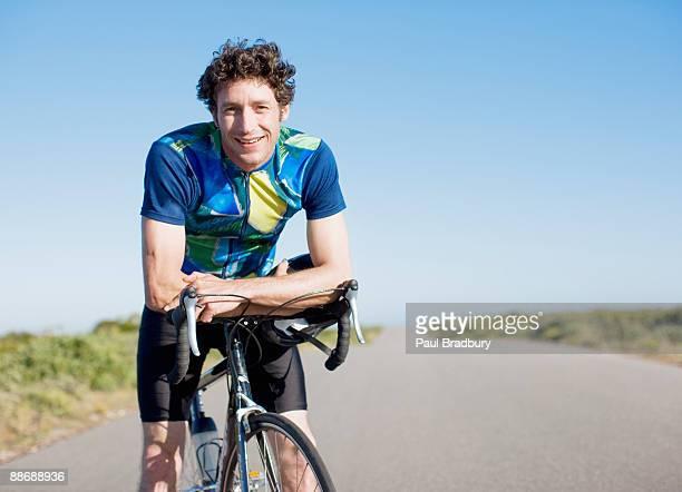 appoggiate sulla bici ciclista bicicletta in aree remote - sportsperson foto e immagini stock