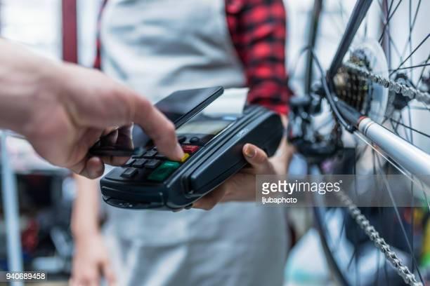 fahrrad shop besitzer zahlungseingang - addierrolle stock-fotos und bilder