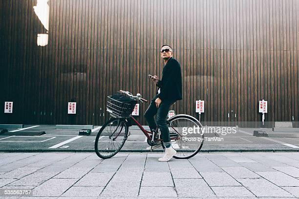 bike stop to navigate - カラーサングラス ストックフォトと画像