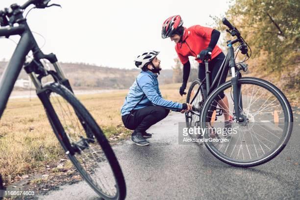 cykel problem och fastställande på vägen - partire bildbanksfoton och bilder