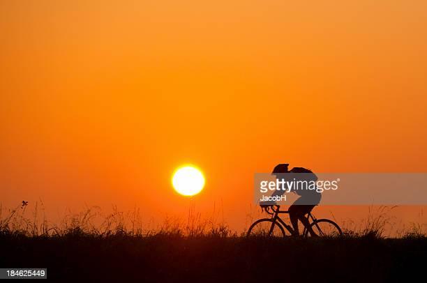 Motard au lever du soleil