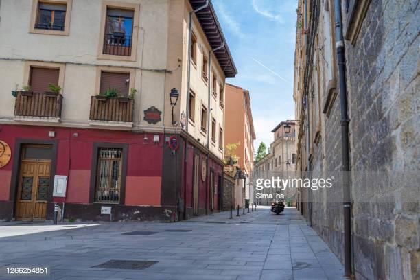 ビトリア・ガステイズの旧市街の路上でバイカー - アラバ県 ストックフォトと画像