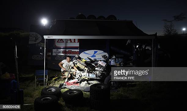 A biker repairs his quad in the bivouac after the Stage 10 of the Dakar 2016 between Belen and La Rioja Argentina on January 13 2016 / AFP / FRANCK...