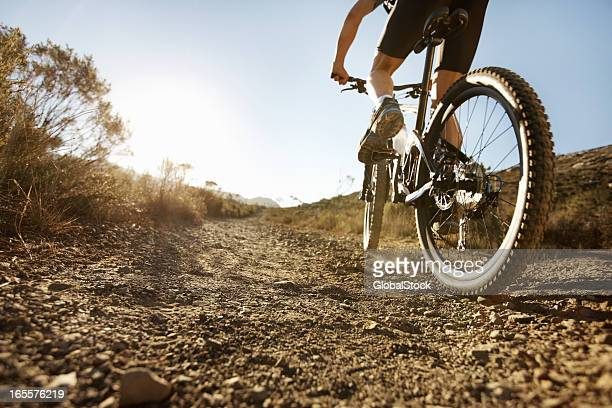 Biker Reiten auf single-track-Laufen